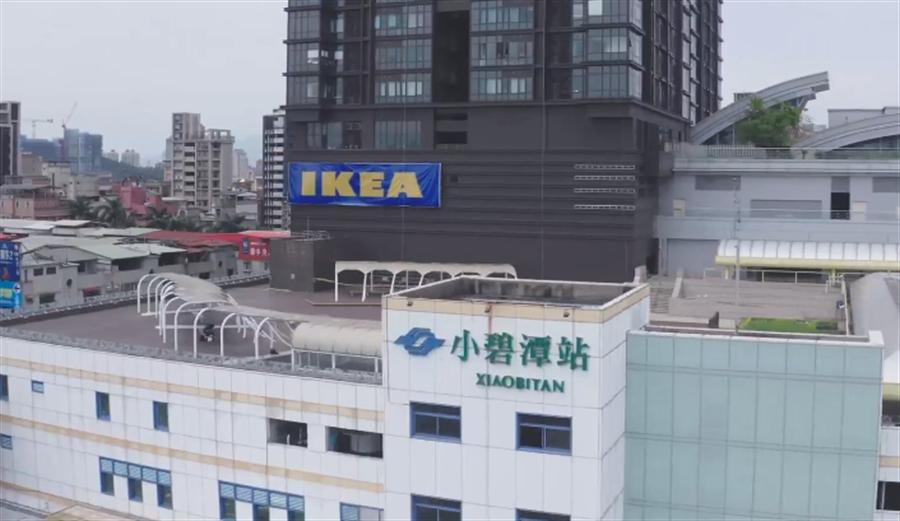 IKEA在新店插旗,成為全台第一家與捷運共構的賣場,店內不僅販售家飾,還設計超大用餐空間,從落地窗看出去就能見到碧潭和烏來風景。(圖/擷取自IKEA臉書)
