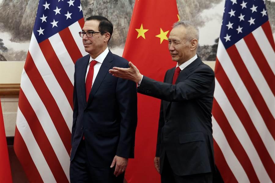正值美國對陸升關稅並全面打壓華為之際,美財長梅努欽有意近日再赴北京與中方談判,但具官方背景的微信公眾號「陶然筆記」批評美方「沒誠意,來也白來、談也白談」。圖為梅努欽與中國大陸談判代表劉鶴。(美聯社)