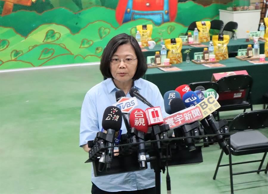 蔡英文總統下午到台南參觀瓜瓜園觀光工廠,適逢立法院表決同婚專法,對此,蔡英文表示,今天是台灣值得驕傲的一天。(劉秀芬攝)