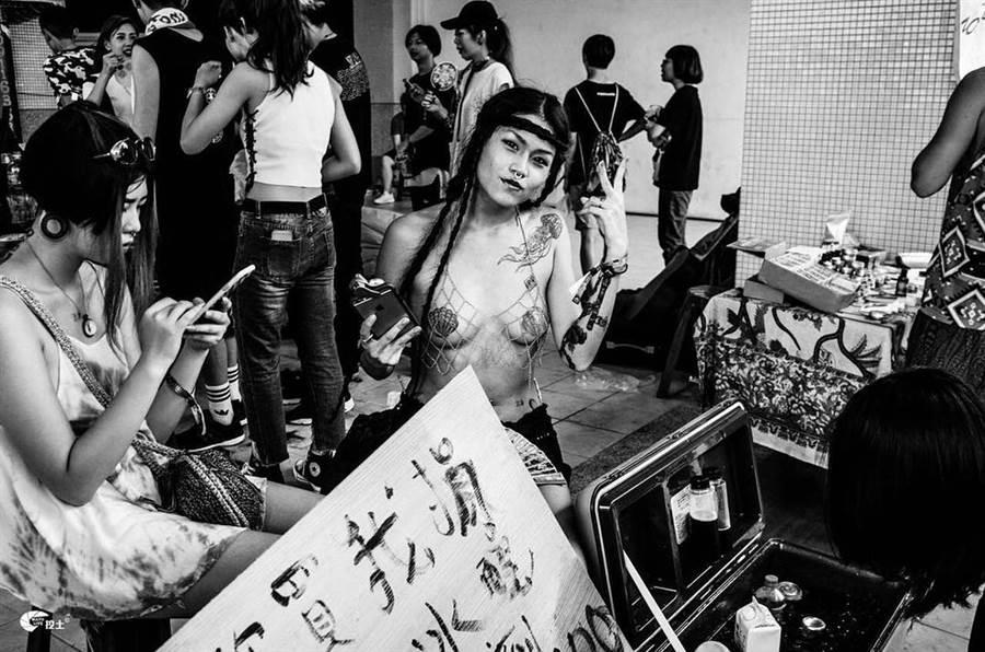 《有朋克自遠方來》則直擊台灣傳奇龐克場景「愁城鬧事」音樂祭。(遊牧影展提供)