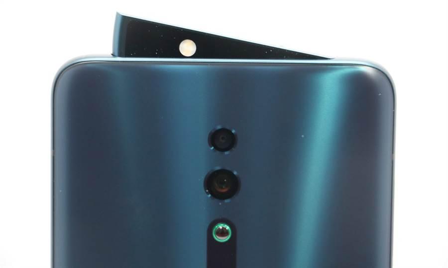 00 OPPO Reno霧海綠款式前置鏡頭的設計極具特色。(圖/黃慧雯攝)