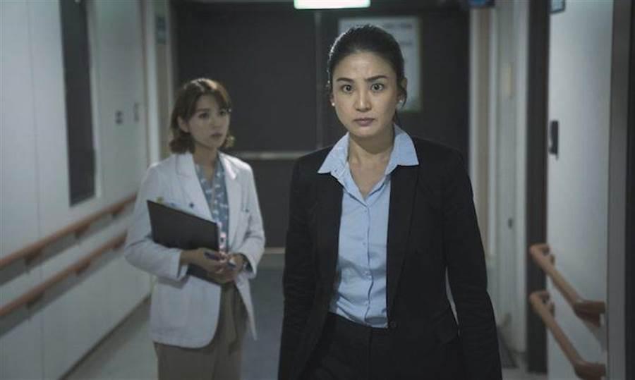 洪小鈴在公視《生死接線員》演檢察官,氣場強大。