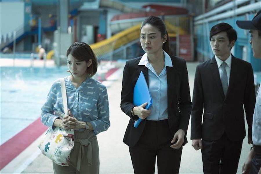 洪小鈴(中)與劉倩妏(左)拍攝一場病患溺水的泳池現場進行勘驗。