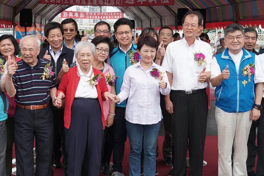 新版身分證要不要放國旗,台中市長盧秀燕(右3)17日表示,就她所聽到的民意,都支持放國旗,放國旗也有助於國家認同與向心力。(黃國峰攝)