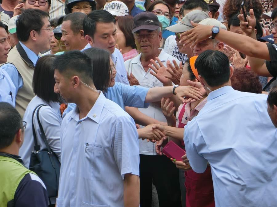 關廟鄉親爭相與蔡英文(藍衣者)握手。(曹婷婷攝)