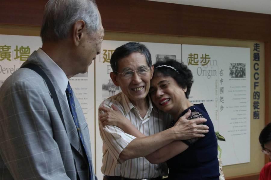 6旬美華阿嬤(左1)找尋50年前照顧她長大的社工老師,半世紀謝恩師生擁抱圓夢。 (陳淑芬攝)
