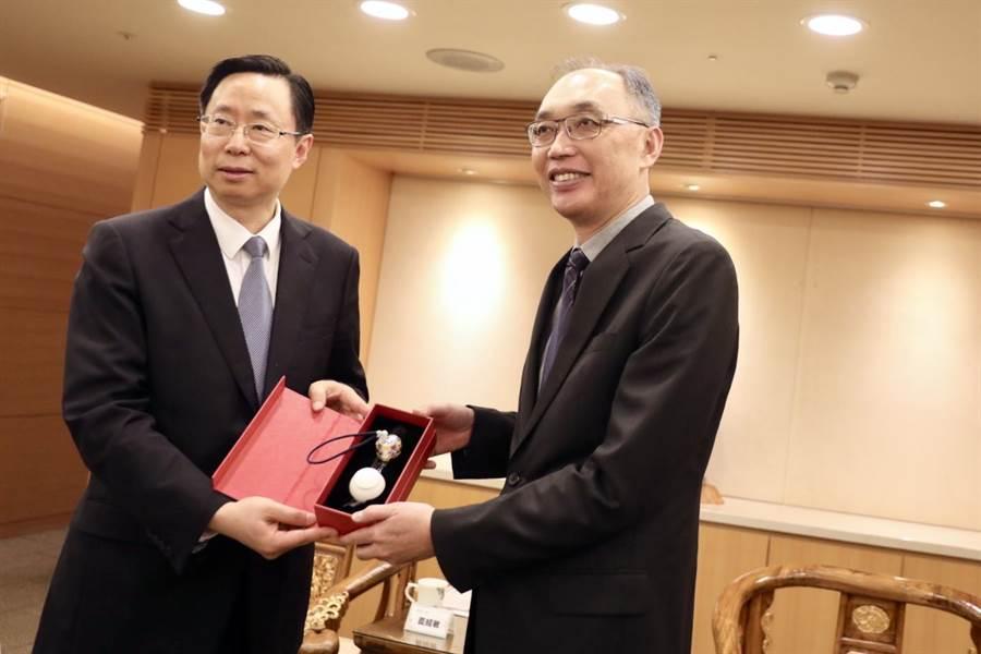 南京市長藍紹敏4月曾率領12人參訪團來訪新北市,與新北市副市長謝政達留下合影。(譚宇哲翻攝)