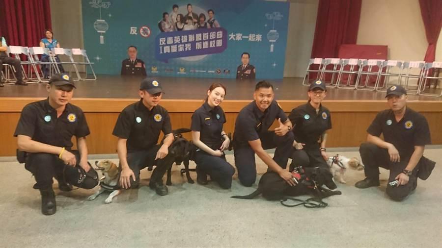 藝人Mimi(左3)、「黑人」陳建州(右3)牽著警犬現身校園,擔任反毒大使,學童直呼:好萌。(張妍溱翻攝)
