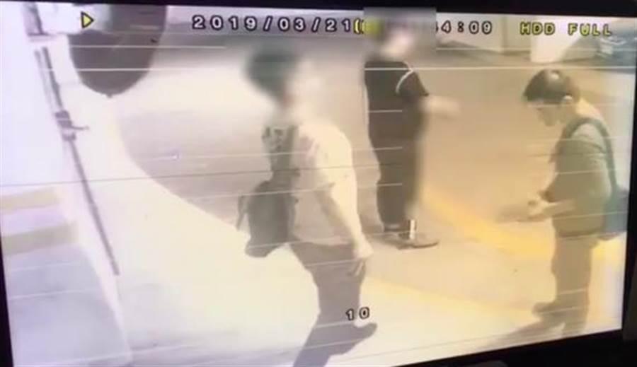 41歲王姓男子以及穿黑衣者以及27歲李男(右起)在債務人公司停車場等候,毆打欠錢的藥商老闆後搶走身上的財物,警陸續逮捕王姓、李姓2人法辦。(李文正翻攝)