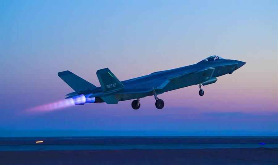 解放軍殲-20戰機參加夜間對抗訓練的資料照。(新華社)
