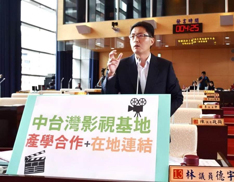 台中市議員林德宇17日質詢時關心中台灣影視基地能否如期營運,建議加強產學合作與在地連結。(盧金足攝)