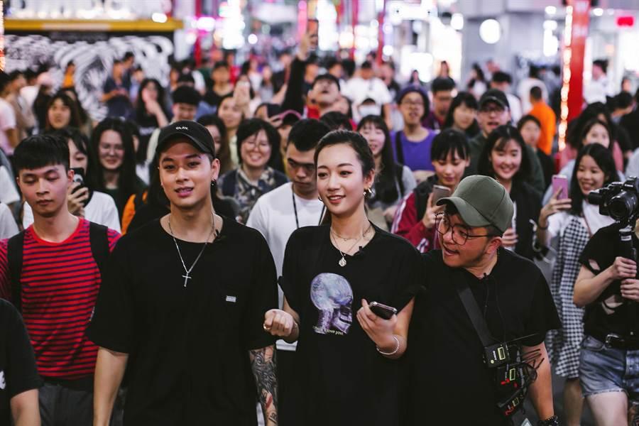 吳卓源(右)、高爾宣近日在西門町錄外景。(KKBOX提供)