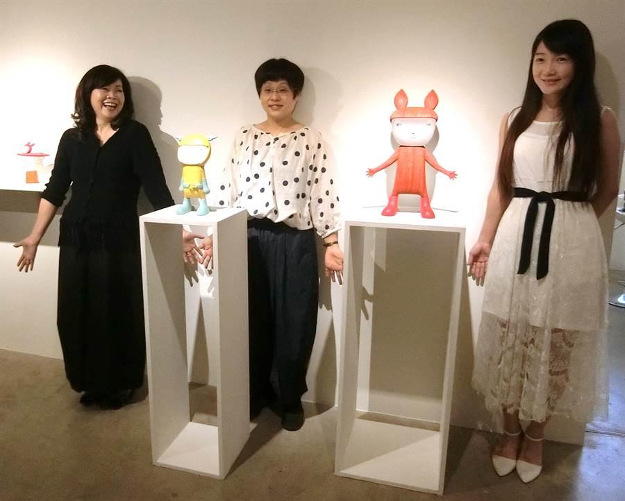 龍寶建設董事長張麗莉(左起)推動日本藝術家成田聰子與台灣藝術家曾聖惠雙個展。(盧金足攝)