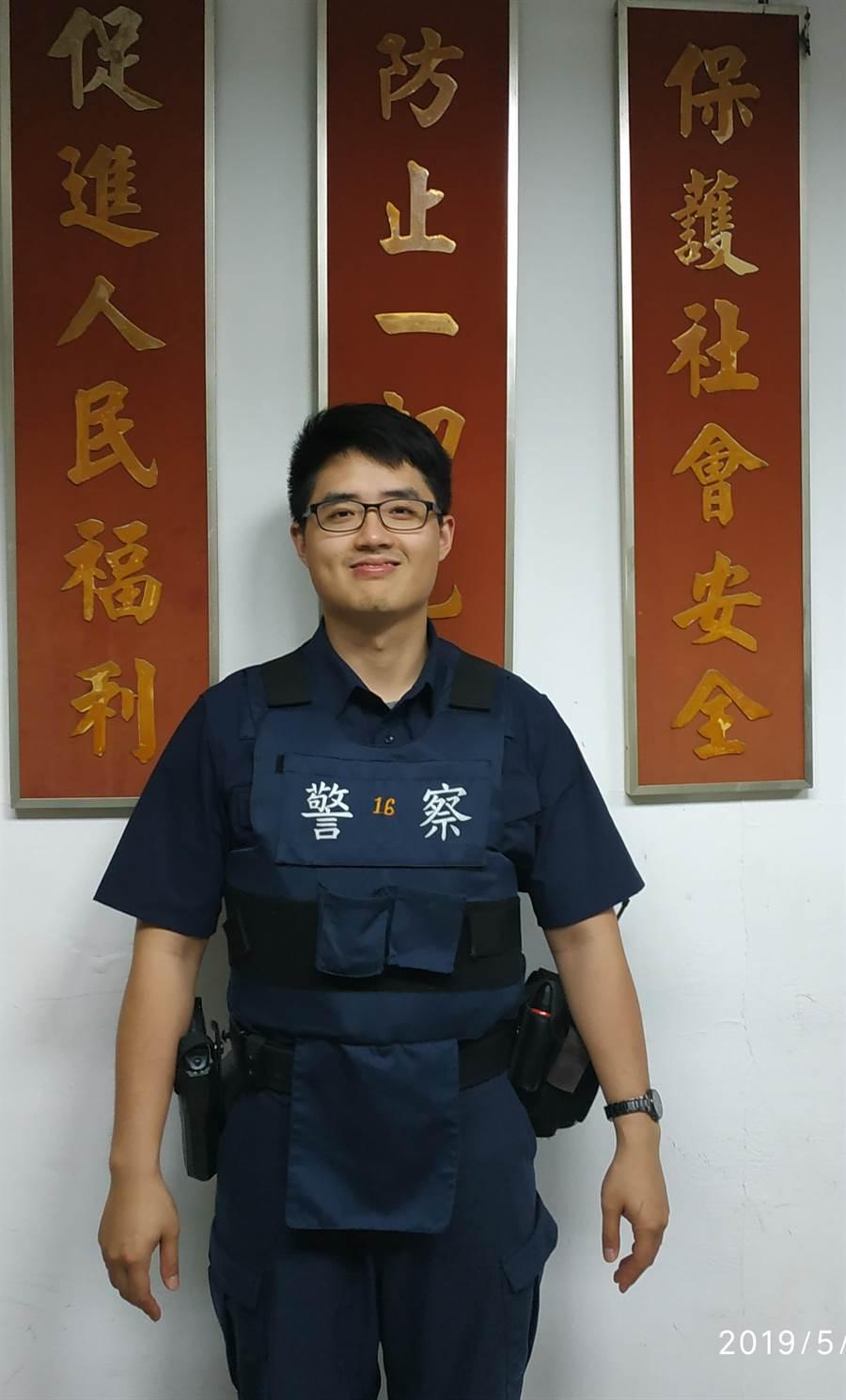 金門警員翁宏勳深入基層,獲警政署核頒「全國績優警勤區」榮耀。(金門縣警察局提供)
