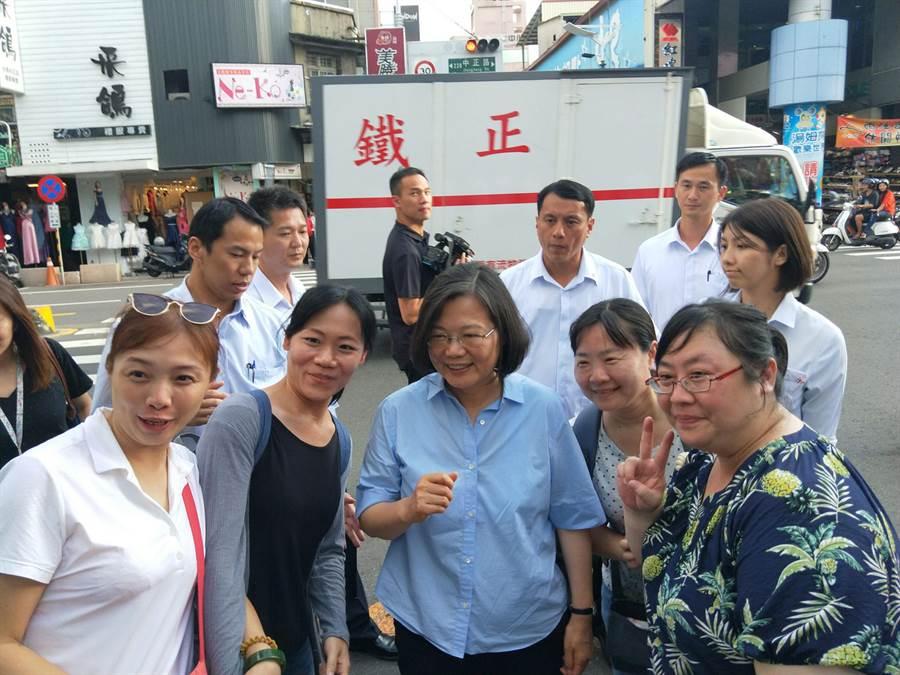 蔡英文總統微服私訪國華街時,與民眾親切互動。(洪榮志攝)