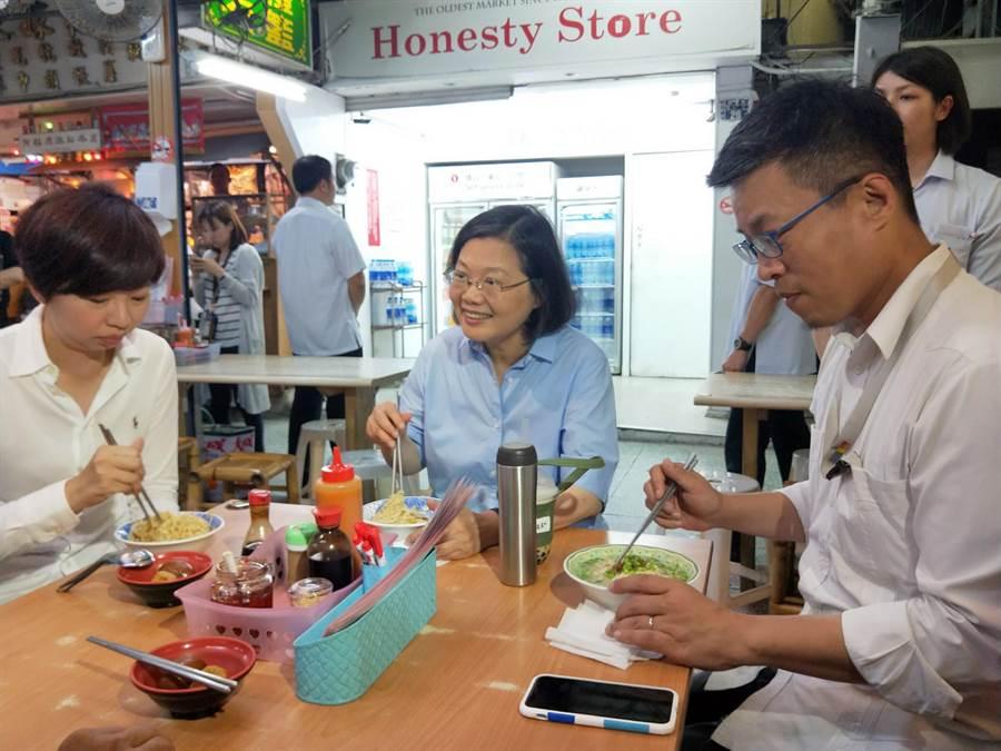 蔡英文總統開心前往國華街吃麵。(洪榮志攝)