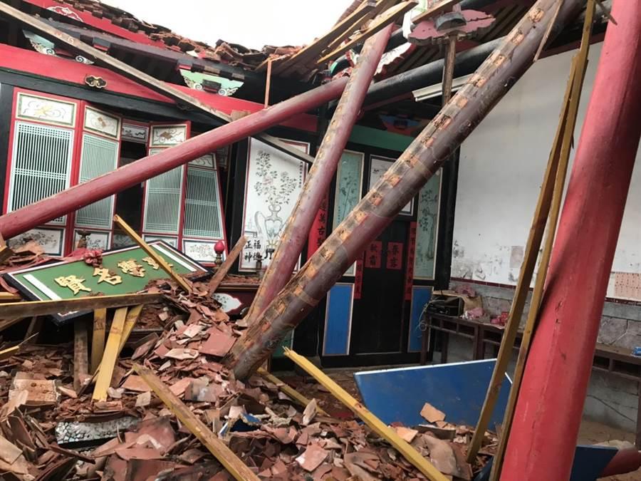 金門東村呂氏宗祠遭到雷擊,紅瓦屋頂大片崩塌。(金湖鎮代陳向鑫提供)
