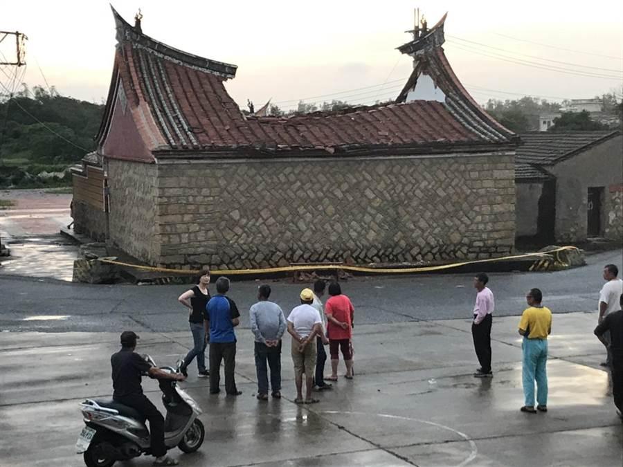 呂氏宗祠屋脊中梁遭到雷擊,受損十分嚴重。(金湖鎮代陳向鑫提供)