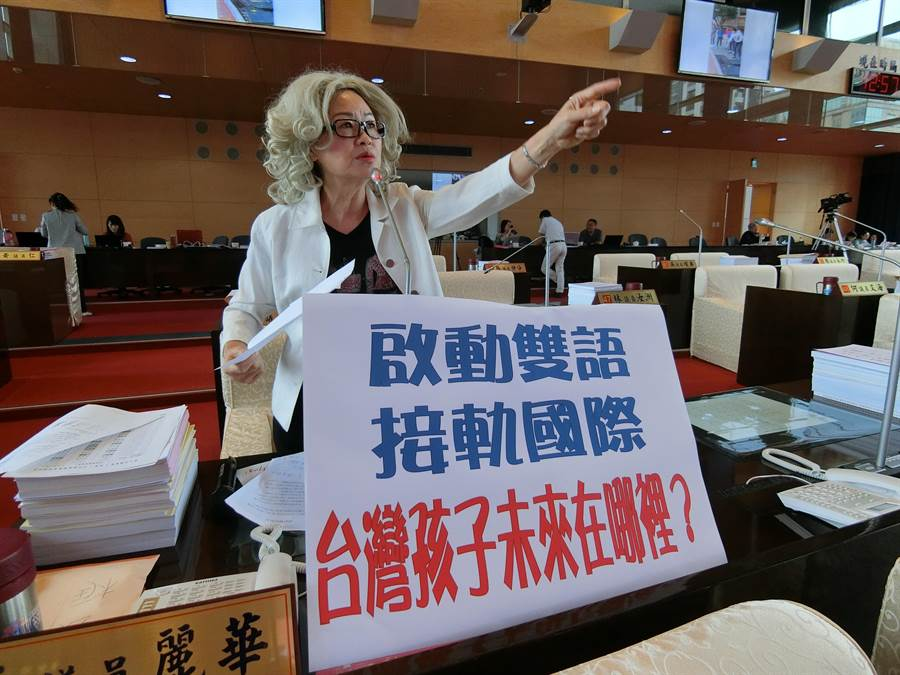 台中市議員李麗華17日在議事堂化身外籍老師Teacher Sunny,爭取在太平區辦理雙語情境教學。(盧金足攝)