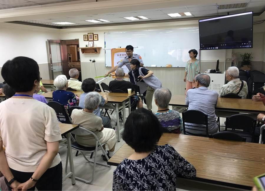 北市警察局為加強高齡行人交通安全宣導,結合樂齡學堂等單位提醒長輩通行安全。(北市警察局提供)