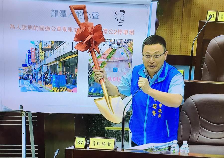 桃園市議員林昭賢透過金鏟子,希望市府重視公托數量不足,同時要鼓勵生育。(甘嘉雯攝)