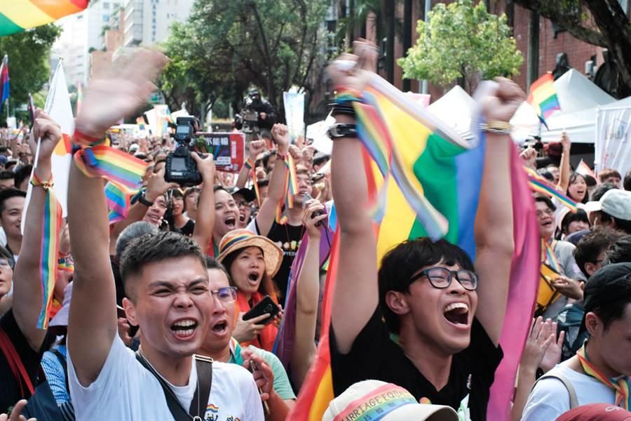 立法院會17日三讀通過司法院釋字第748號解釋施行法,台灣正式成為亞洲第一個同性婚姻合法化政體,在院外守候的支持群眾獲知後相當振奮。(郭吉銓攝)