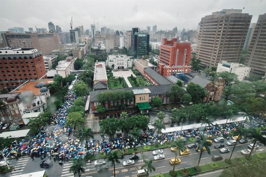 大雨如注,院外仍擠滿守候審查的支持群眾。(郭吉銓攝)