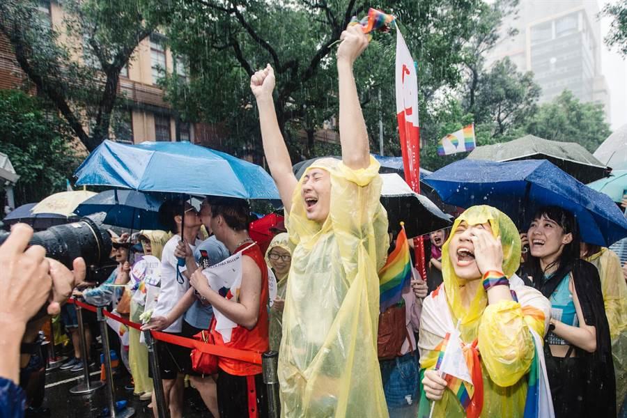 立法院會17日三讀通過司法院釋字第748號解釋施行法,台灣正式成為亞洲第一個同性婚姻合法化政體,雨中仍在院外守候的支持群眾獲知後難掩振奮。(郭吉銓攝)