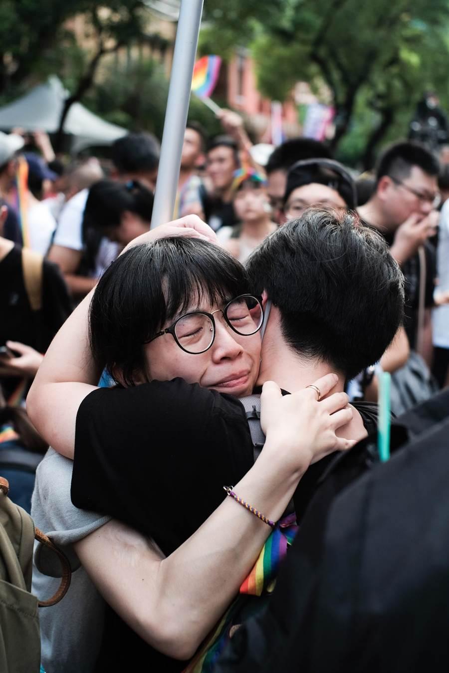 同婚法案三讀通過,雨中仍在院外守候的支持群眾獲知後激動擁抱。(郭吉銓攝)