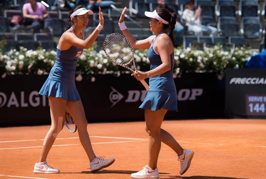 詹詠然(右)與詹皓晴在比賽中擊掌打氣,上演逆轉勝。(WTA提供)