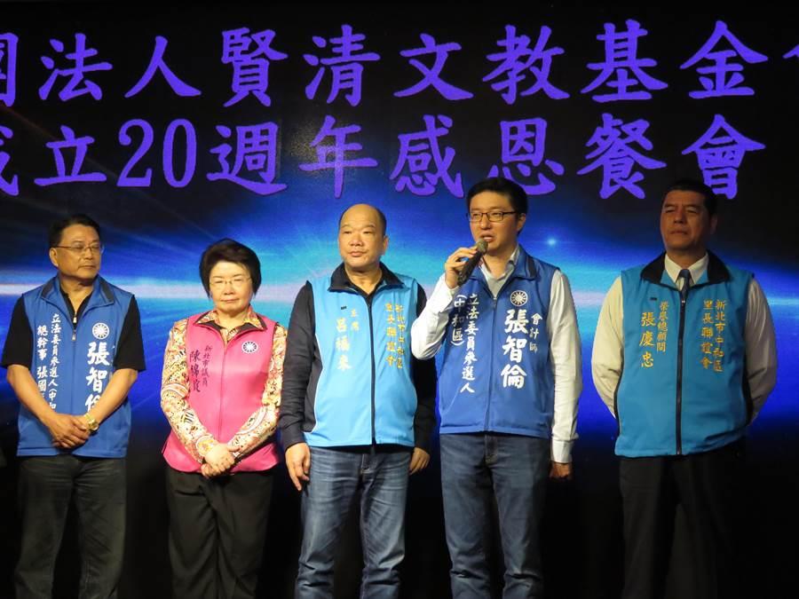 賢清文教基金會今(17日)晚間舉辦成立20周年感恩餐會,執行長張慶忠宣布,正式交棒給會計師張智倫。(葉書宏攝)