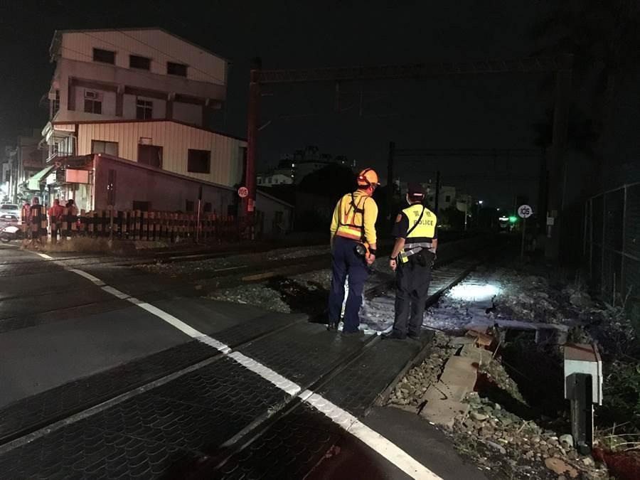 台鐵人員及消防人員巡查國華街平交道附近鐵道搜尋人。(廖素慧攝)