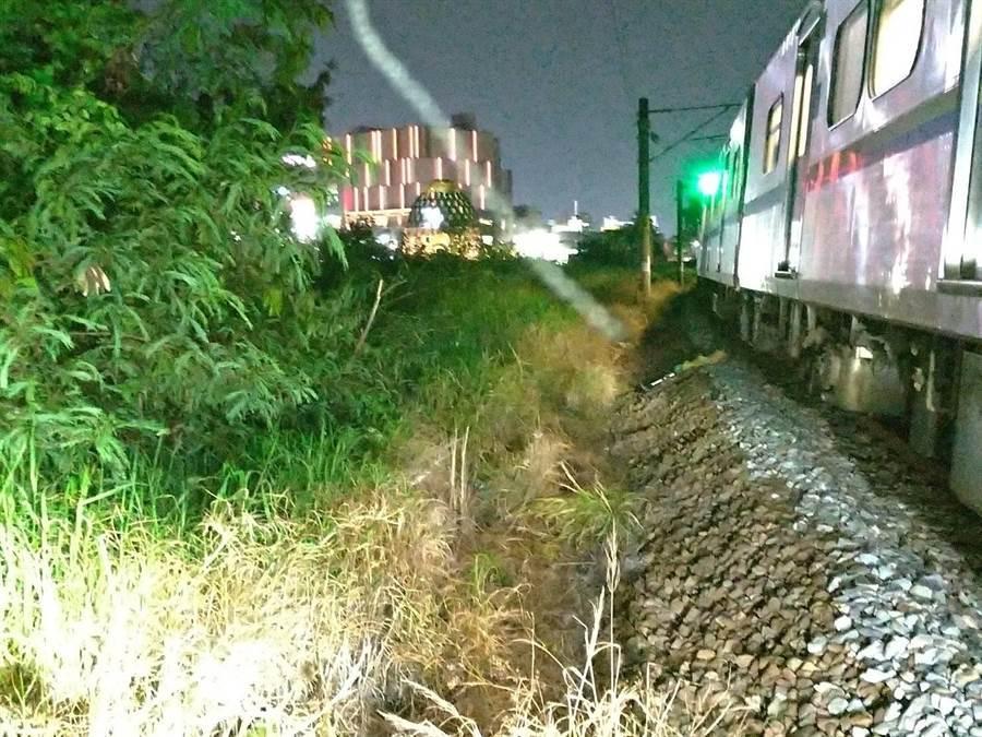 台鐵區間車疑撞飛黃姓男子摔落側溝。(台鐵提供)