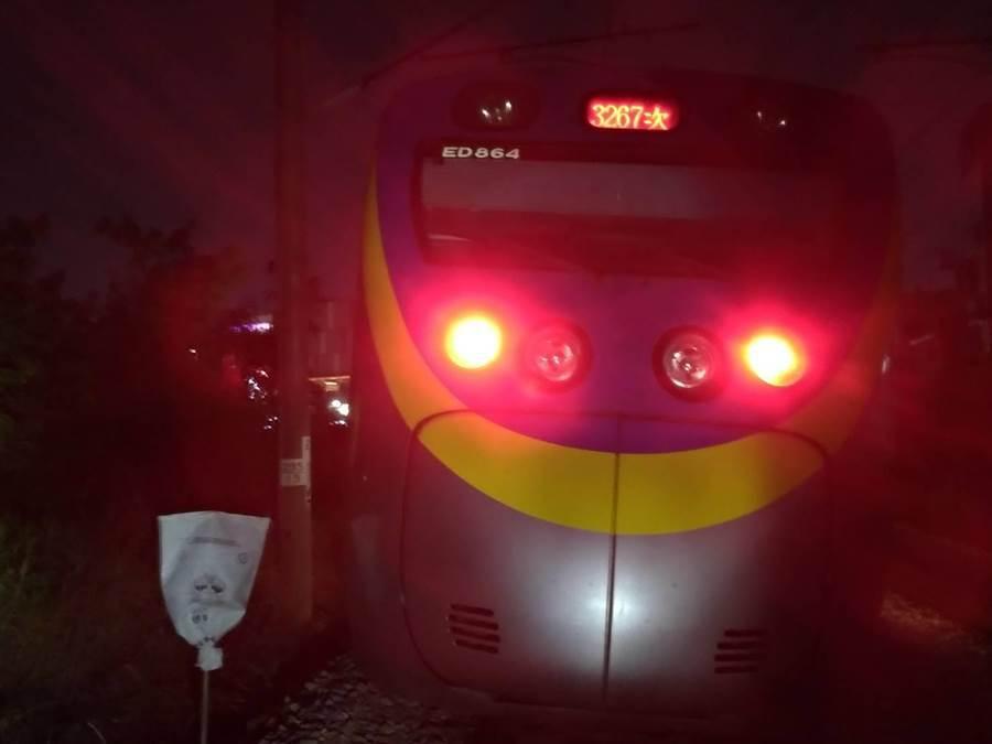 台鐵3267車次區間車停駛在肇事現場。(台鐵提供)