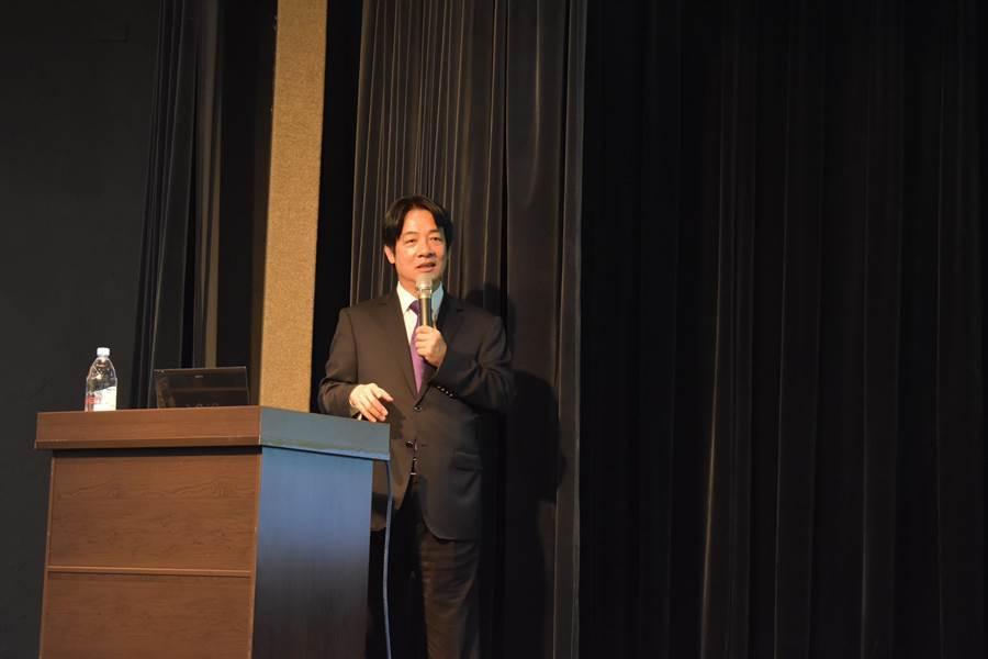 行政院前院長賴清德今晚在台灣大學台大會議中心以《談醫師的管理哲學》進行演講。會後有學生詢問,他和蔡英文總統有什麼不同?賴清德表示,蔡英文總統還想要改變遊戲規則,「我絕對不會做這種事,因為我是超越個人的」。(曾薏蘋)