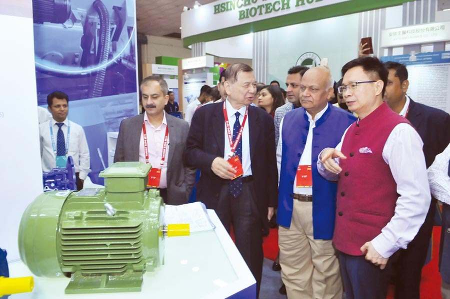 東元集團會長黃茂雄(右三)主帥親征印度「台灣形象展」,向印度CAMI協會執行長NK GOYAL(右二)、貿協董事長黃志芳(右一)介紹東元電機開發的節能高效率小馬達。圖/東元集團提供