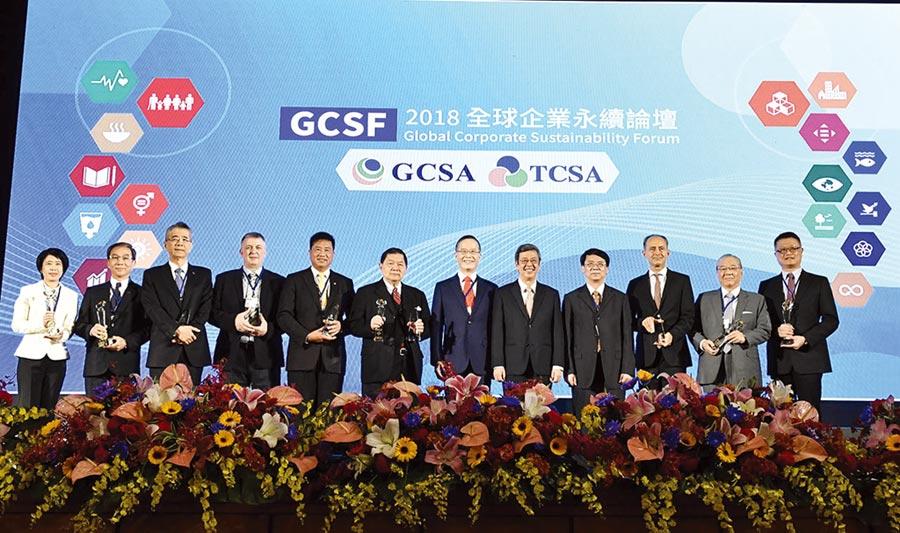 主辦單位舉行頒獎典禮,讓國際社會見證台灣實踐永續的最佳表率。圖為2018年頒獎典禮副總統陳建仁(右五)、台灣企業永續獎總召集人簡又新(右六)與得獎企業共享榮耀。圖/業者提供