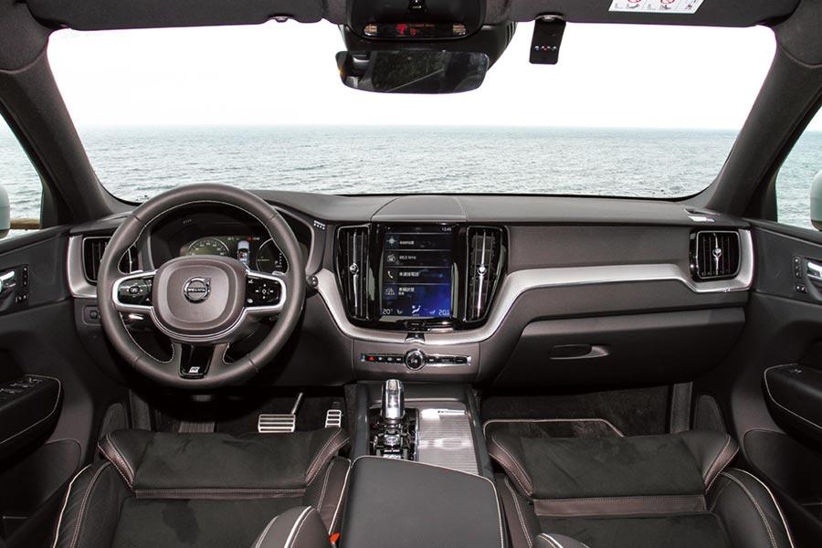身為Volvo旗下最新的休旅車型,XC60 T8 R-Design的內裝擁有著絕佳的比例,採用斯堪地那維亞式的設計語彙,精選軟質真皮、金屬網紋鋁合金飾板來做為內裝鋪陳。圖/陳慶琪