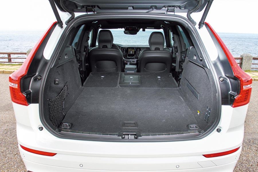 60/40分離座椅打平之下,能將行李廂空間擴增至1,432公升。圖/陳慶琪