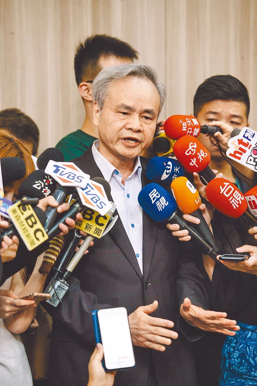 「被退休」的中華郵政總經理陳憲  16日召開記者會說明。(郭吉銓攝)