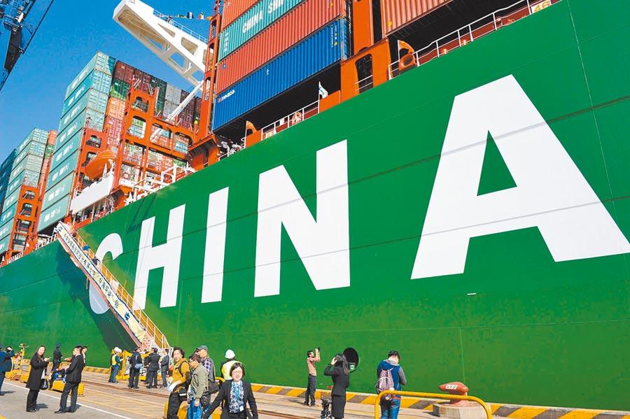白宮加大壓力逼大陸讓步。圖為全球最大的貨櫃船停泊於深圳港。(中新社資料照片)