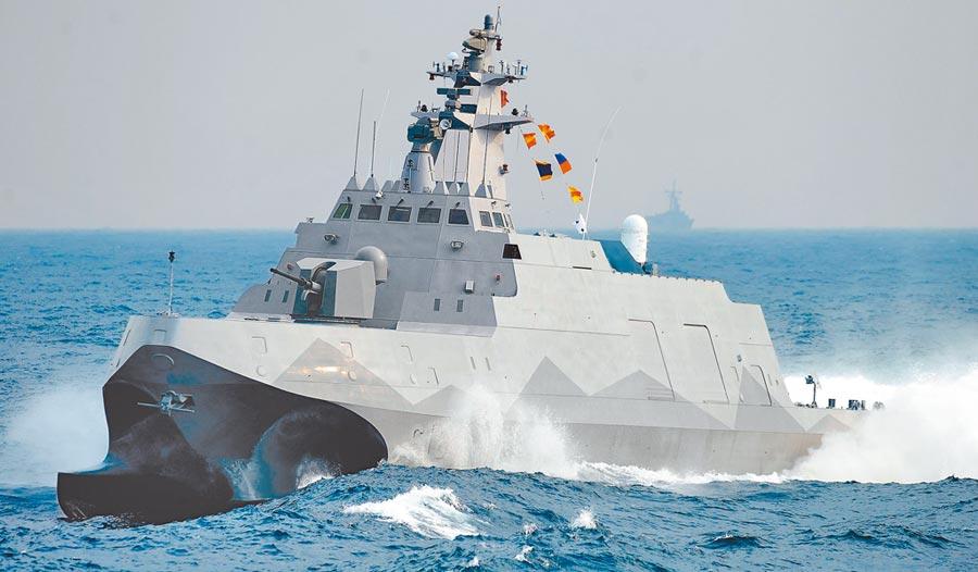 沱江艦高速劃過海面進入備戰狀態。(本報系資料照片)