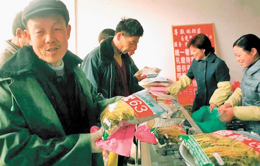 合肥農民在豐樂種業門市部購買糧種。(新華社資料照片)
