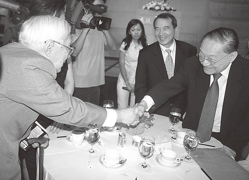 2005年,金庸(右1)、柏楊(左1)台北喜相逢隔桌握手。(中新社資料照片)
