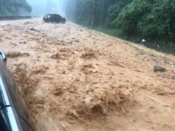 南投山區豪大雨釀災 溪暴漲橋基遭淹沒