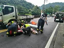 重機急煞摔車 撞對向貨車喪命