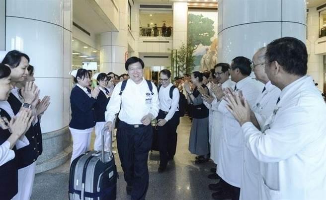 台北慈濟醫院院長趙有誠與牙科部主任夏毅然,代表台北慈濟醫院同赴非洲莫三比克義診。(圖/台北慈濟醫院提供)