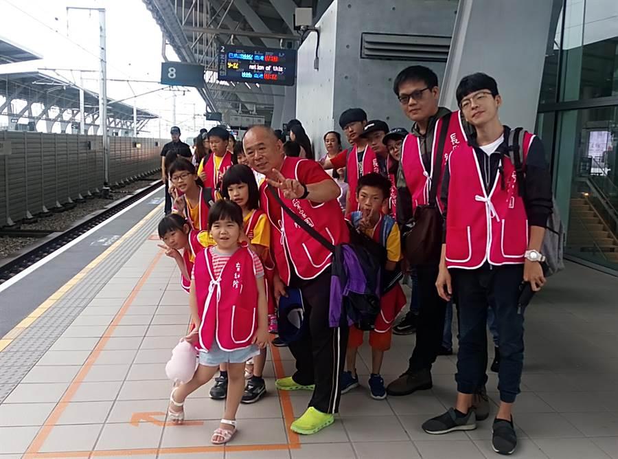 雲林縣大埤長愛育幼院清晨搭高鐵要到台北一日遊,許多孩子都是初體驗,非常興奮。(許素惠攝)