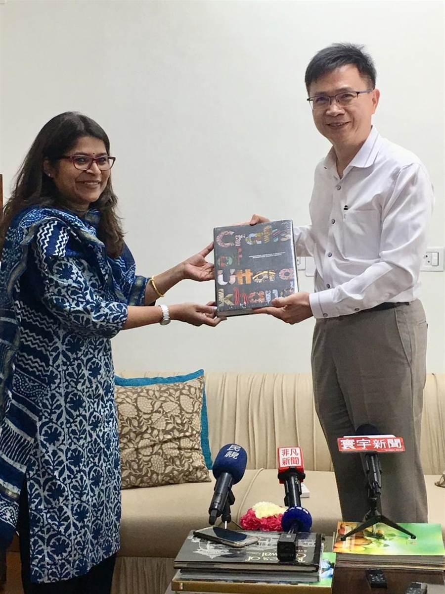 貿協董事長黃志芳率團拜會北阿坎德邦,與秘書長Manisha Panwar相見歡。(圖/李麗滿)