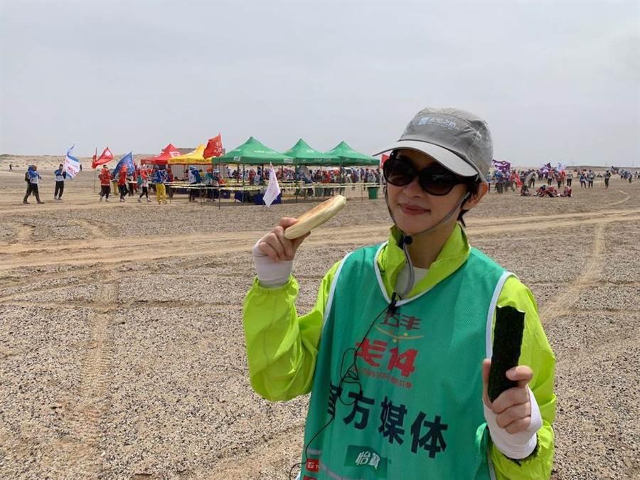 盧秀芳戈壁採訪日日啃黃瓜、吃大餅。(圖片提供:中天)